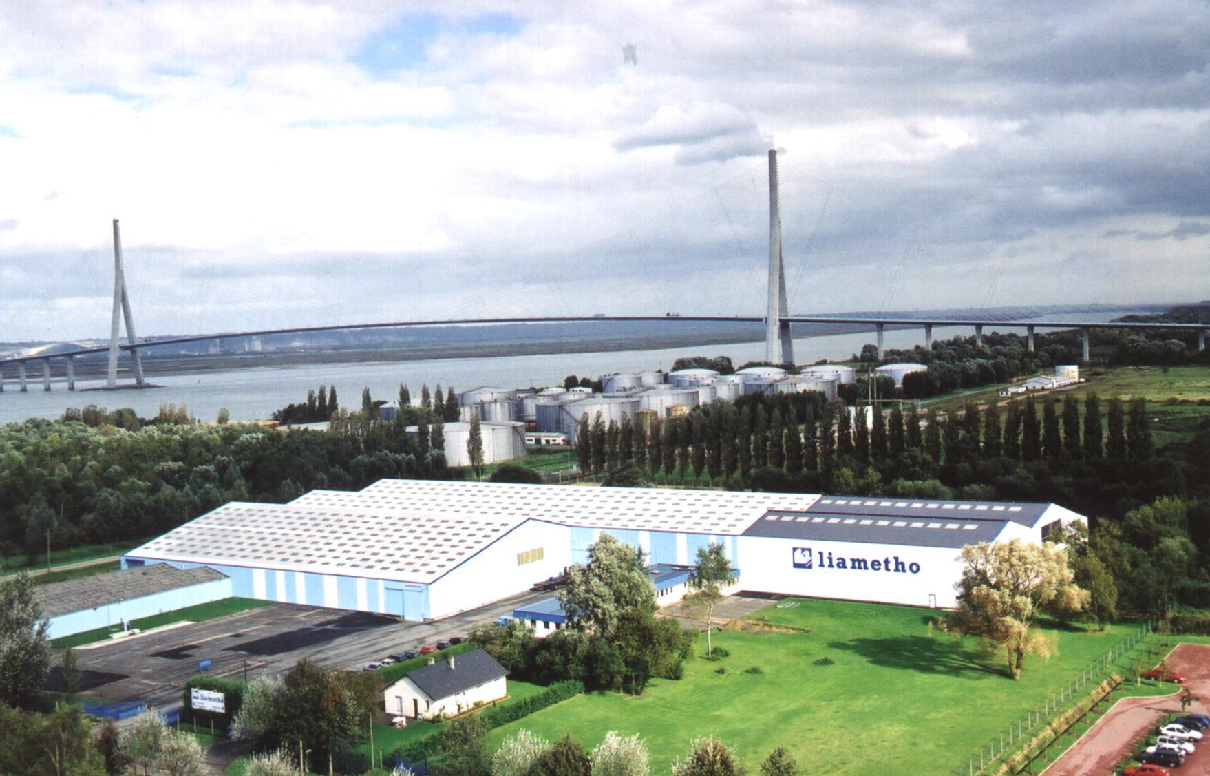 photo de l'entrepôt de Liametho aux pieds du pond de Normandie