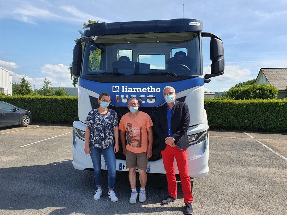 photo du camion avec deux salarié et un commercial